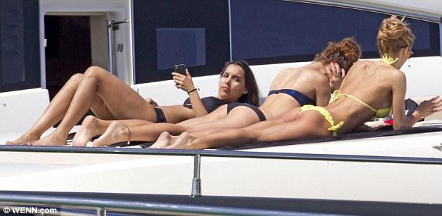 Mario Gotze cùng bạn gái xinh đẹp du hý trên biển