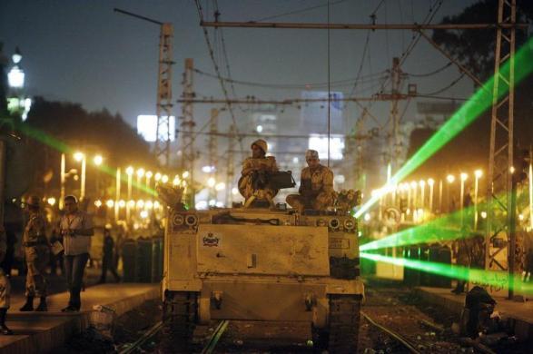 Các binh sĩ của quân đội Ai Cập ngồi trên chiếc xe bọc thép trong khi đi tuần tra trên đường ray tàu hỏa ở thủ đô Cairo.