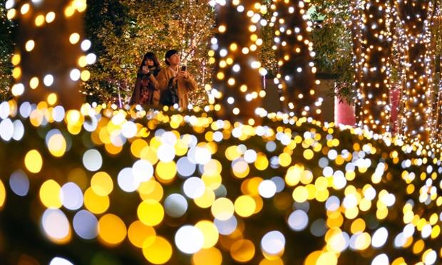 Những thiếu nữ ánh sáng lung linh được trang trí chuẩn bị cho mùa Giáng sinh tại khu thương mại Shinjuku, Tokyo, Nhật Bản.