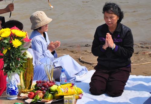 Bà Hiền trong lễ cầu vong ở cầu Thanh Trì.