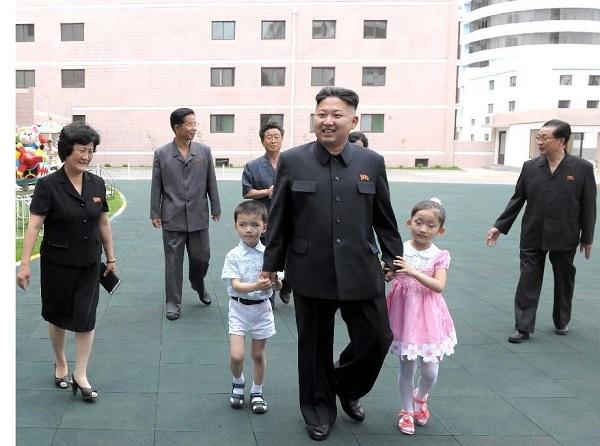 Hai em bé trở thành biểu tượng của trường mẫu giáo sau khi được lãnh tụ Kim Jong Un dắt tay