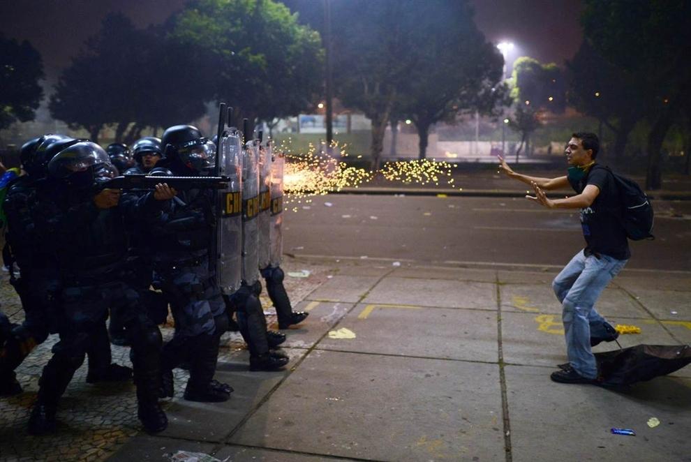 Một người biểu tình bị cảnh sát bắn đạn cao su trong cuộc biểu tình chống tham nhũng và tăng giá tại Rio, Brazil.