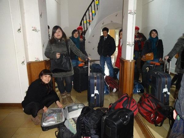 Dung cùng nhóm bạn chuẩn bị cho chuyến du lịch tới Ý