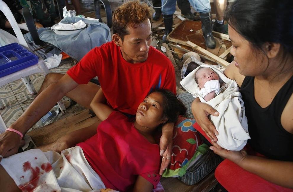 Bé sơ sinh Bea Joy bên mẹ mình ở một bệnh viện tạm bợ tại sân bay bị bão tàn phá ở Tacloban.