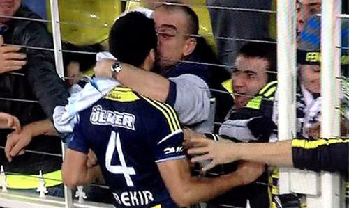 Hậu vệ Bekir Irtegun của Fenerbahce hôn CĐV