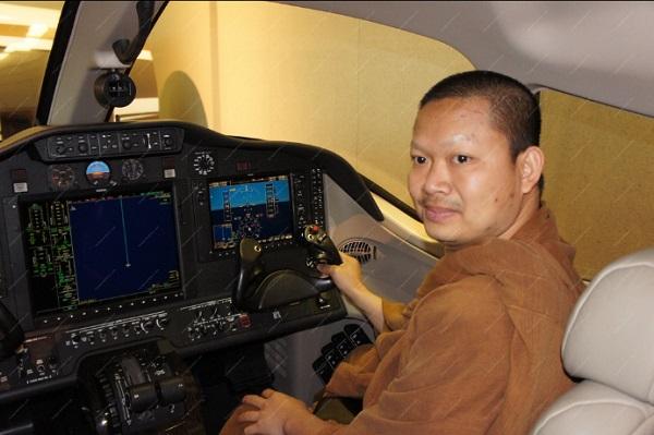 Thử cảm giác ở buồng lái. Điều tra viên và phi công thường phục vụ Wirapol Sukphol cho biết ông ta có ý định mua một chiếc máy bay riêng