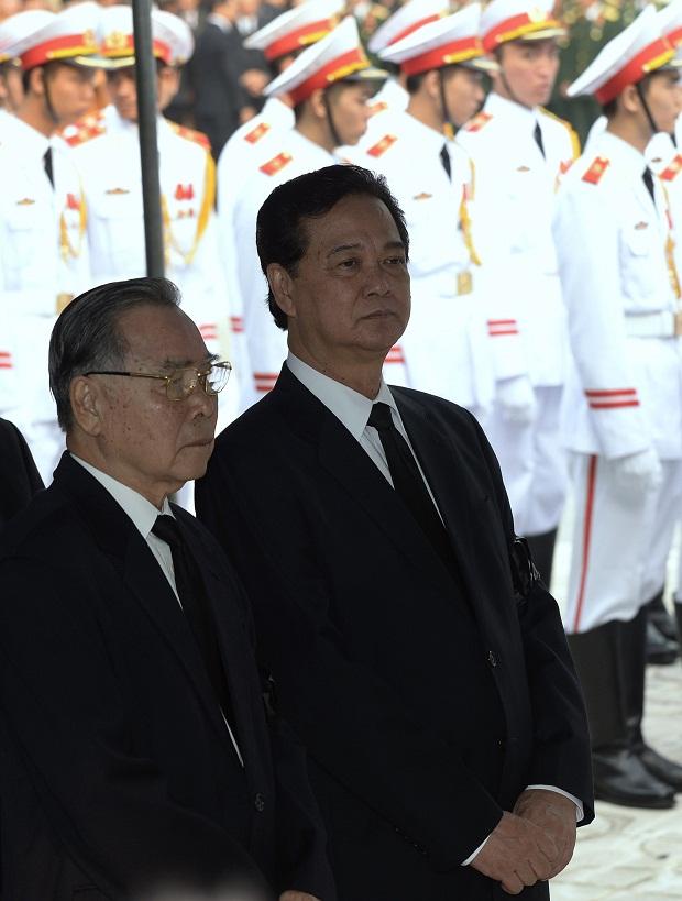 Thủ tướng nước Việt Nam Nguyễn Tấn Dũng và nguyên Thủ tướng Phan Văn Khải chờ vào viếng Đại tướng.