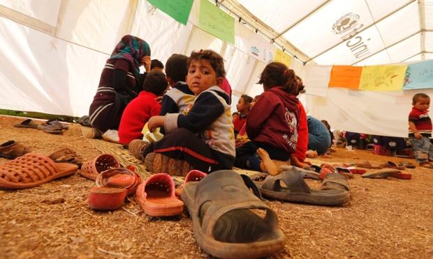 Trẻ em Syria ngồi trong lớp học của UNICEF tại một trại tị nạn ở Bekaa, Li Băng.