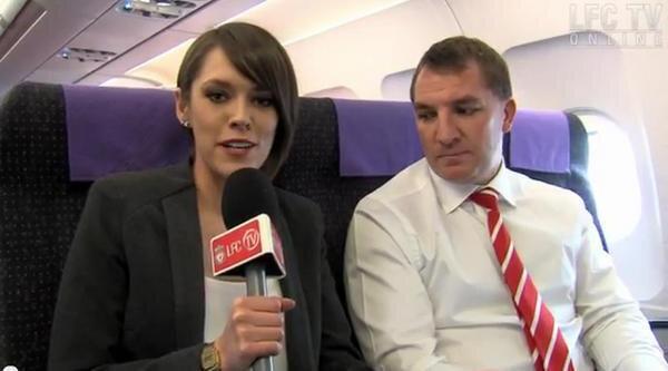 HLV Brendan Rodgers nhìn gì mà mải mê vậy?