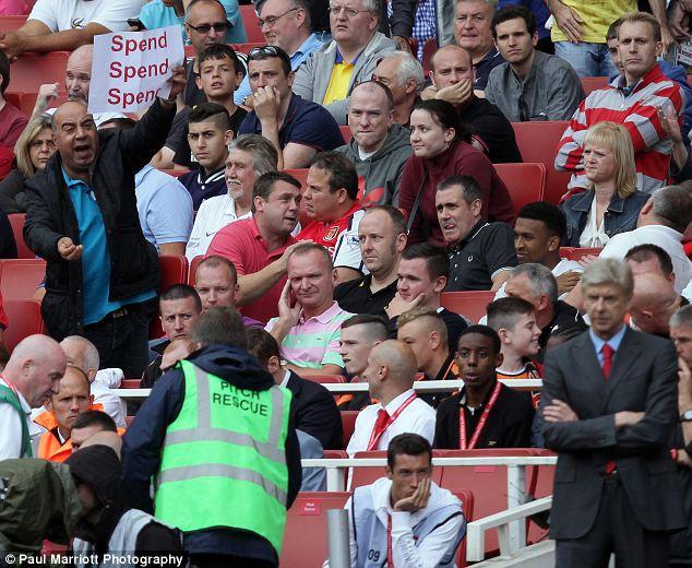 Fan cuồng Arsenal yêu cầu HLV Wenger phải mua tân binh