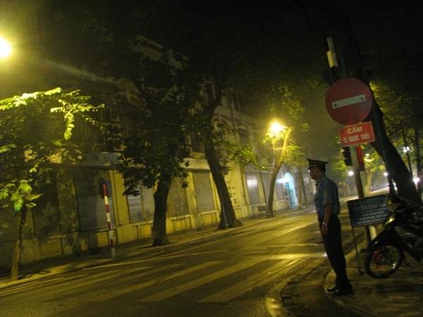 4 giờ sáng, Ông Lê Sỹ Tùng, thanh tra viên thuộc Sở Gao Thông vân tải Hà Nội cũng đã có mặt để trực chốt trên đường Tràng Thi.