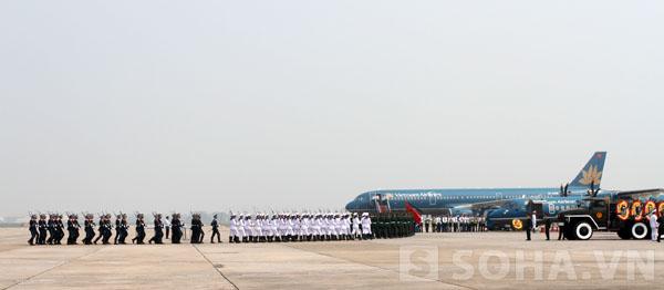 Đoàn khách và người nhà Đại tướng cũng đang chuẩn bị lên chiếc máy bay thứ 2