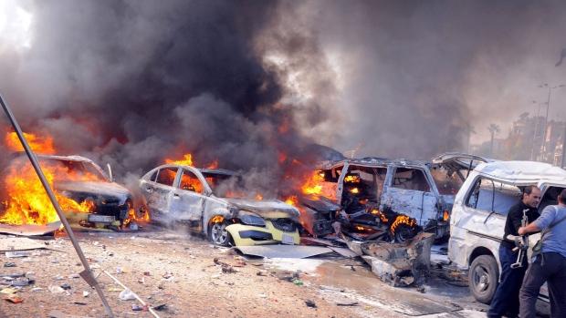 Một sân bay quan trọng ở ngoại ô phía tây Damascus của Syria bị rung chuyển bởi một vụ đánh bom lớn, khiến 20 binh sĩ thiệt mạng.