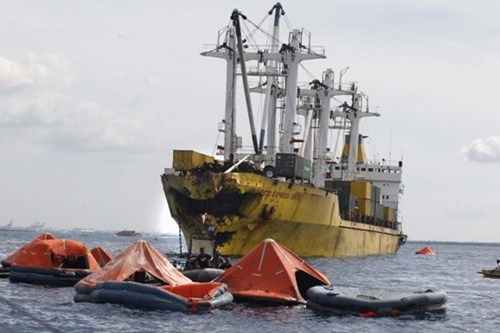 Hiện trường vụ tai nạn phà chở khách bị chìm sau khi đâm vào tàu chở hàng ở ngoài khơi Cebu, Philippines, khiến 34 người thiệt mạng và hơn 200 người bị thương.
