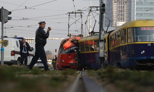 Cảnh sát điều tra hiện trường hai đoàn tàu đâm nhau tại thủ đô Sarajevo, Bosnia, khiến 45 người bị thương.