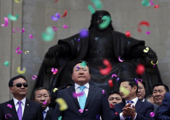 Tổng thống Mông Cổ Tsakhia Elbegdorj ăn mừng sau khi tái trúng cử, tại quảng trường Sukhbaatar ở thủ đô. Ulan Bator.