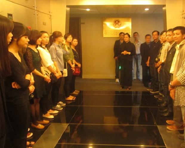Người Việt Nam chờ vào viếng Đại tướng tại Tổng lãnh sự quán Việt Nam ở Thượng Hải (Ảnh: Lưu học sinh Bùi Xuân Thủy)