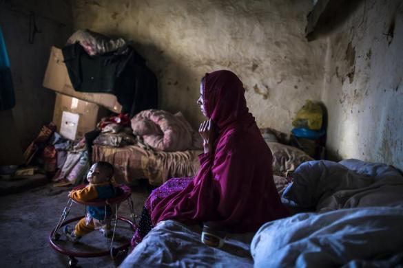 Một phụ nữ ngồi trong con tại ngôi làng Saidpur ở Islamabad, Pakistan.
