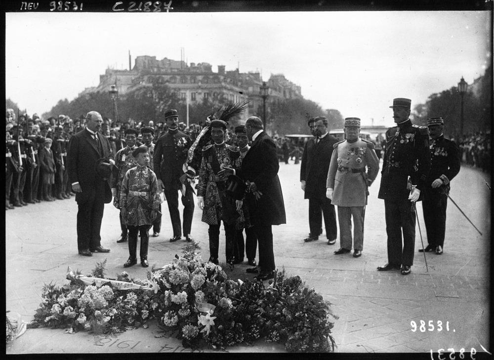 Vua Khải Định cùng con trai Vĩnh Thụy (sau này là vua Bảo Đại) đặt hoa tại đài tưởng niệm chiến sĩ vô danh tại Paris.