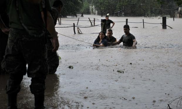 Mọi người được sơ tán khỏi khu vực ngập lụt tại Caimanero, Culiacan, Mexico.