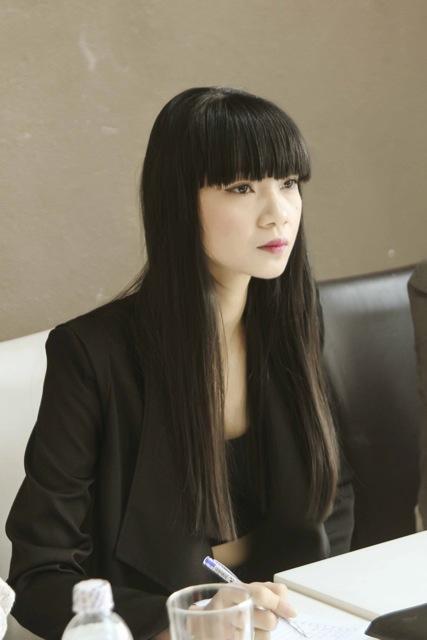 Siêu mẫu Hạ Vy khá nghiêm trang trong vai trò giám khảo. Cô xuất hiện với tóc mái ngang trông khá ấn tượng và trẻ trung.