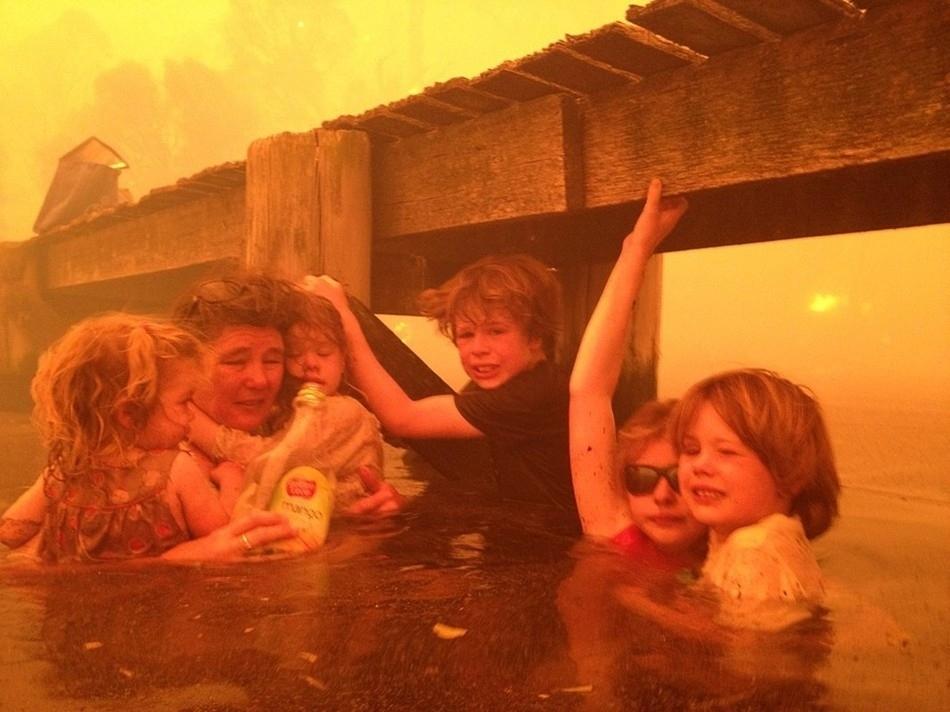 Cả gia đình phải đầm mình xuống nước tránh cháy rừng lịch sử tại Úc.
