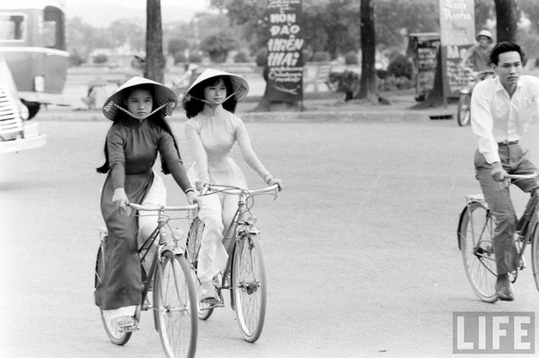 Người con gái Việt, mặc chiếc áo dài...