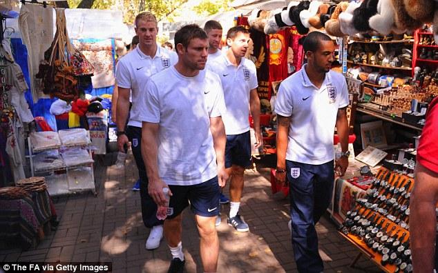 """Rooney du hý biển, bỏ mặc Tam sư """"bơ vơ"""" Kiev"""