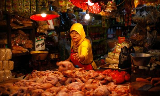 Một phụ nữ bán gà thịt sẵn trong một khu chợ ở Bogor, Indonesia.