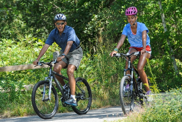Tổng thống Mỹ Barack Obama và con gái Malia Obama trong kỳ nghỉ hè ở bang West Tisbury, bang Massachusetts, Mỹ.