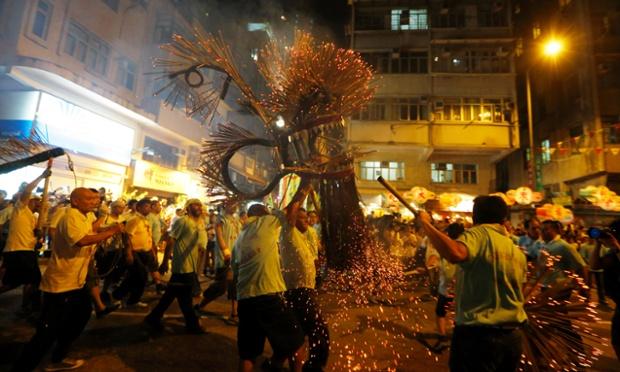 Rồng lửa dài 70 m được làm từ rơm và 72.000 que hương được diễn hành trên đường phố trong lễ hội múa rồng ở Hong Kong.