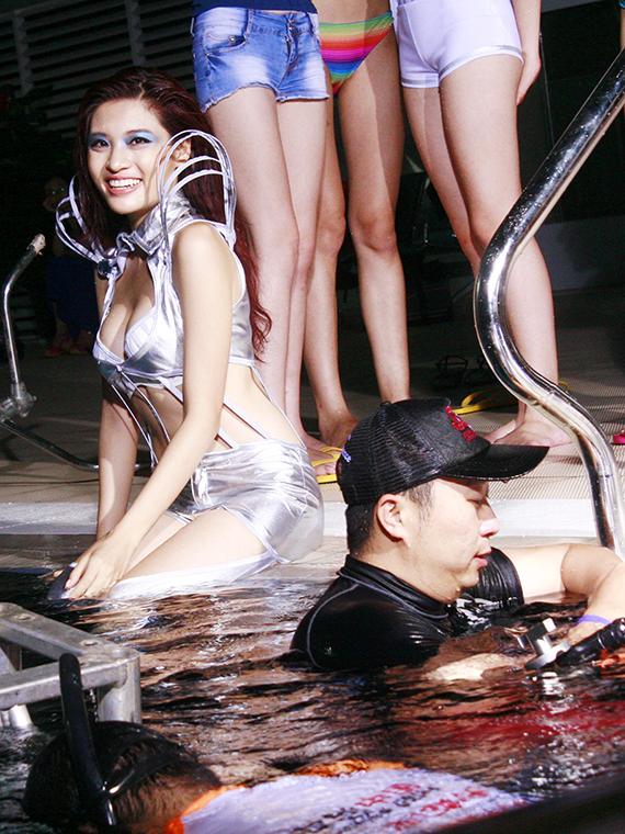 Thí sinh Phan Hoàng Thu chuẩn bị phần thử thách chụp hình của mình dưới nước.