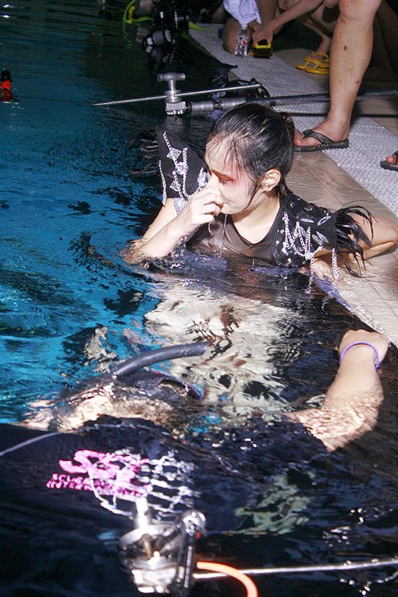 Dù không biết bơi nhưng Nguyễn Diệu Linh vẫn cố gắng hoàn thành tốt phần thi của mình.