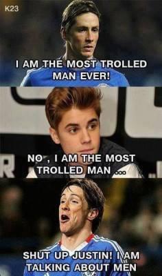 """Torres và Justin tranh nhau ngôi vị người bị """"troll"""" nhiều nhất. Tuy nhiên, chàng ca sĩ này không được xem là """"chuẩn men"""""""