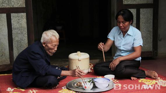 Bữa cơm đạm bạc của chị Giữ với bố chồng.