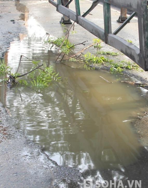 """""""Hố tử thần"""" trên dài hơn 3m, rộng hơn 1m và sâu hơn 0,5m bị ngập nước nên tài xế khó phát hiện."""