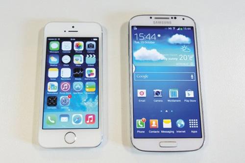 iPhone 5S (trái) và Samsung Galaxy S4 (phải)