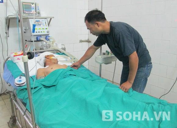Sau 4 ngày điều trị, ông Lê Xuân Lục vẫn đang trong tình trạng hôn mê.
