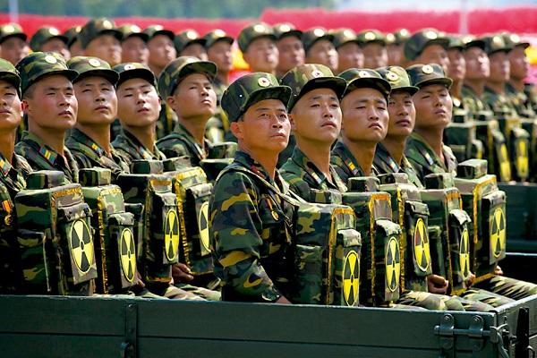 """Lực lượng """"balo hạt nhân"""" xuất hiện trong cuộc duyệt binh Triều Tiên hiện đang gây xôn xao dư luận Hàn Quốc"""