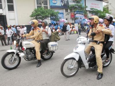Lực lượng CSGT Hà Nội chở sĩ tử đến địa điểm thi (Ảnh: TPO)