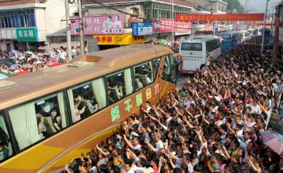 Các phụ huynh ở tỉnh An Huy, Trung Quốc tiễn con đi thi đại học tháng 6/2013