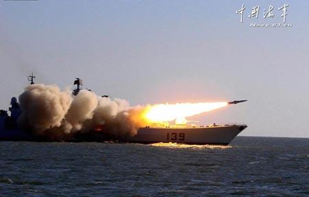 Tàu khu trục mang tên lửa dẫn đường Ningbo của Hải quân Trung Quốc phóng tên lửa trên biển