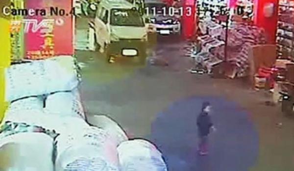 Camera ghi lại ảnh bé Duyệt Duyệt trước khi bi chiếc xe thùng màu trắng cán qua