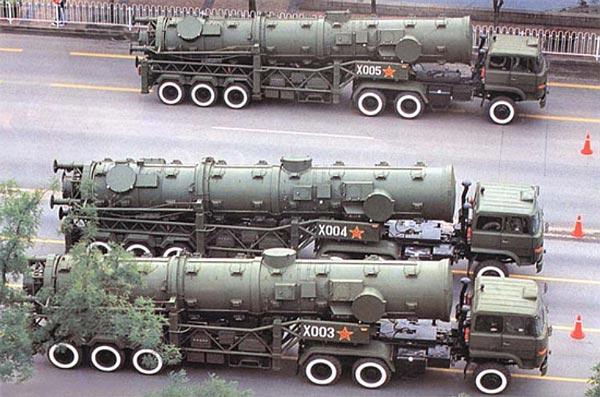 Biến thể DF-21 tiêu chuẩn và DF-21A trong một cuộc diễu hành. Chương trình tên lửa nhiên liệu rắn được dẫn dắt bởi nhà khoa học đào tạo tại Anh đã thành công ngay lần ra mắt đầu tiên.
