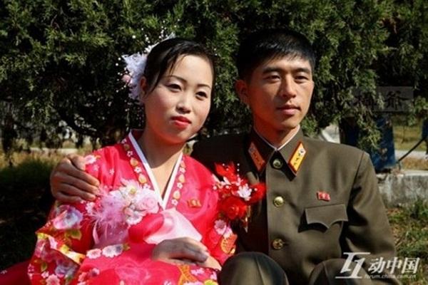 Trang phục cưới kiểu mẫu ở Triều Tiên: cô dâu mặc Hanbok, chú rể mặc quân phục