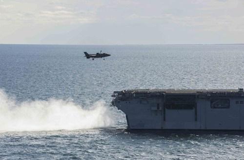 F-35B chuẩn bị thực hiện hạ cánh thẳng đứng xuống sân bay trên tàu tấn công đổ bộ USS Wasp.