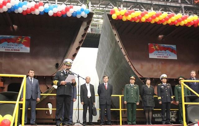 Đô đốc Nguyễn Văn Hiến, đại diện cho Hải quân Nhân dân Việt Nam phát biểu tại lễ đặt ky đóng 2 tàu Gepard.