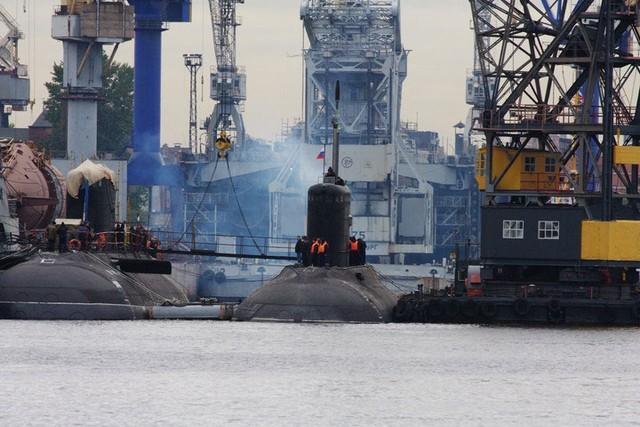 Tàu ngầm TP Hồ Chí Minh (bên phải ảnh) chuẩn bị cho chuyến thử nghiệm trên biển hôm 2/10. Bên cạnh là tàu ngầm HQ-184 Hải Phòng mới được hạ thủy cuối tháng 8 vừa qua.