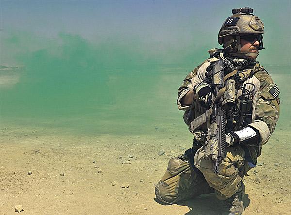 Một lính cứu thương đường không với trang bị của mình