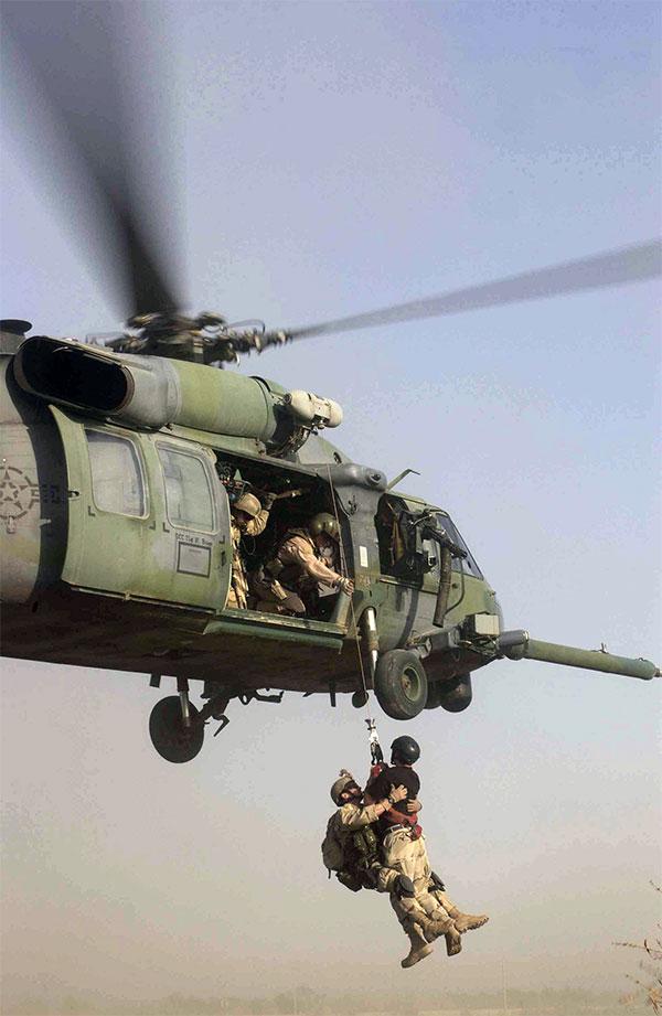 Tời kéo của HH-60 có sức kéo hơn 200kg